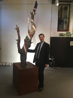 L'ambasciatore ungherese Eduard Hasburg-Lothringen vicino all'Albero Isolato