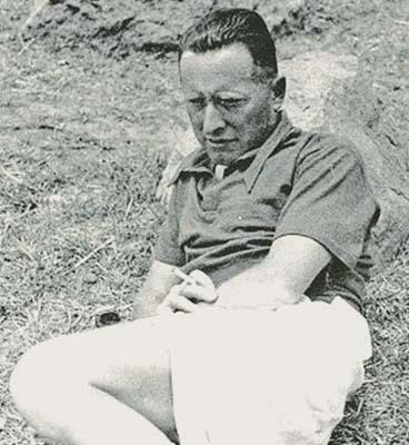 Cesco Tomaselli (1893-1963) nello scatto incorniciato presso la storica sede del Corriere della Sera
