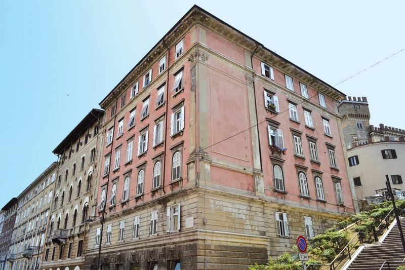 Trieste, via Bramante. Al secondo piano del condominio rosso James Joyce abitò dal 1912 al 1915