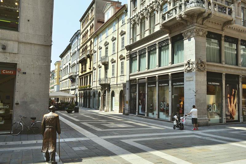 L'incrocio tra via Dante e via San Nicolò a Trieste. Il condominio giallo sullo sfondo ospitò James Joyce dal 1905 al 1906 e vi nacque il figlio Giorgio