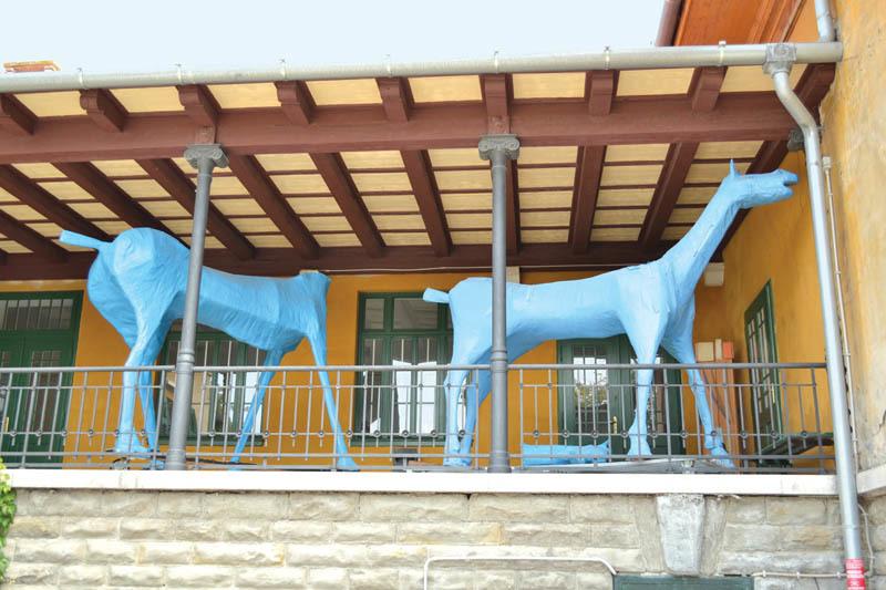 """L'originale scultura di cartapesta azzurra chiamata """"Marco Cavallo"""", presso il Dipartimento di Salute mentale di Trieste"""