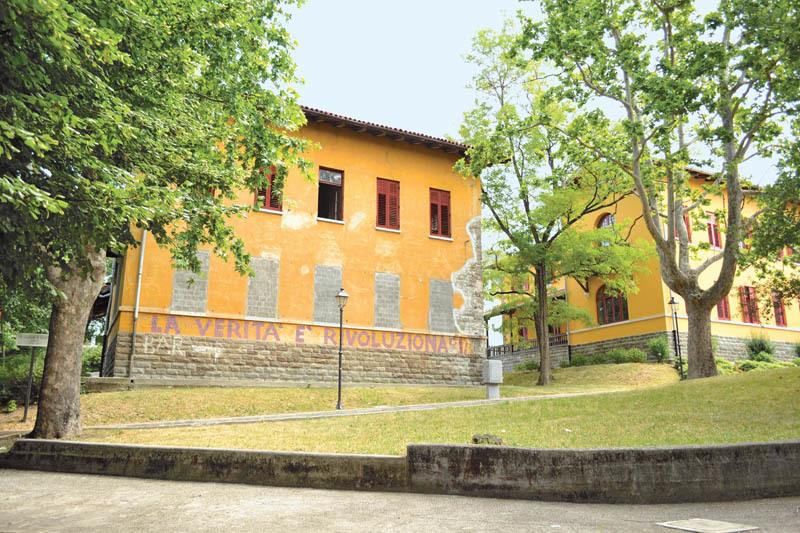 """Trieste, località San Giovanni, Dipartimento di Salute mentale. Sui muri la scritta """"La verità è rivoluzionaria"""""""