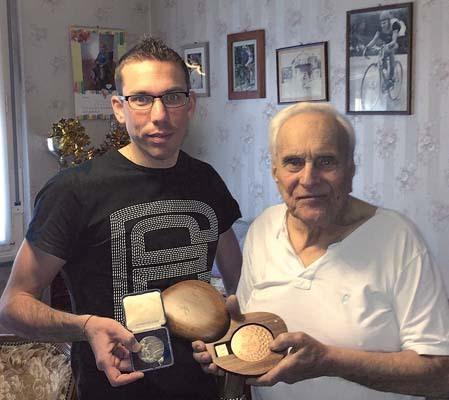 """Andrea assieme al nonno Aldo Tarlao, argento nel canotaggio """"due con"""" alle olimpiadi di Londra 1948, con le rispettive medaglie olimpiche"""