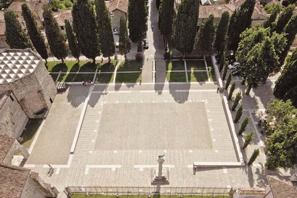 Panoramica di piazza Capitolo ad Aquileia, scattata dalla cima del campanile
