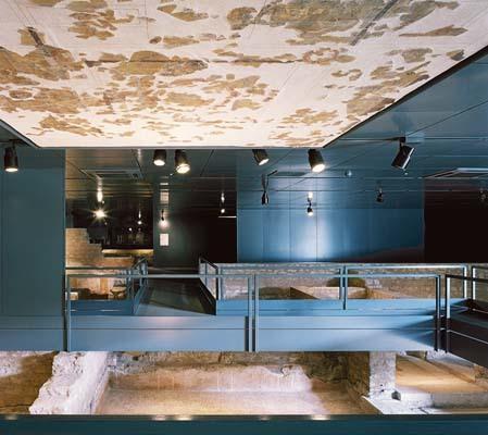 La sistemazione del soffitto del Domus delle fontane nel museo di Santa Giulia a Brescia