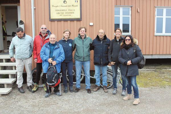 Il gruppo alla base artica del Dirigibile Italia a Ny Alesund, con Cristina Battaglia (seconda de destra) del CNR (ph. M. Tomaselli)