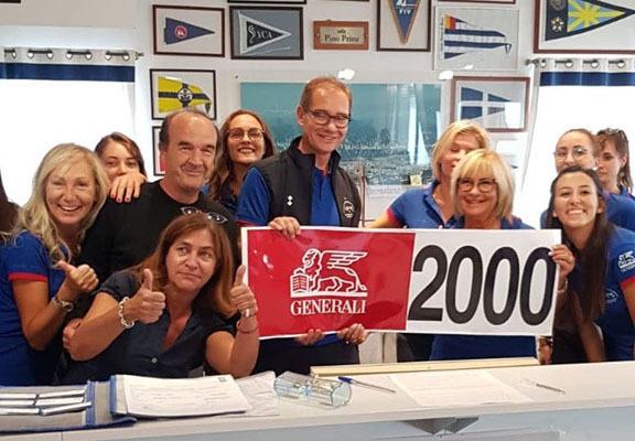 Mitja Gialuz e i volontari della SVBG festeggiano quota 2000 iscritti (ph. Archivio Barcolana)