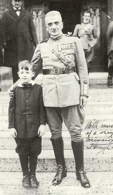 Il generale Armando Diaz, duca della vittoria, con un piccolo ammiratore nel 1921