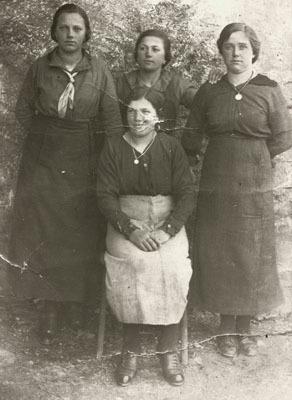 Turriaco, febbraio 1918. Emilia Francovic, Maria Perco, Nina Mauchigna e Santa Tonca festeggiano il ritorno dell'Austria