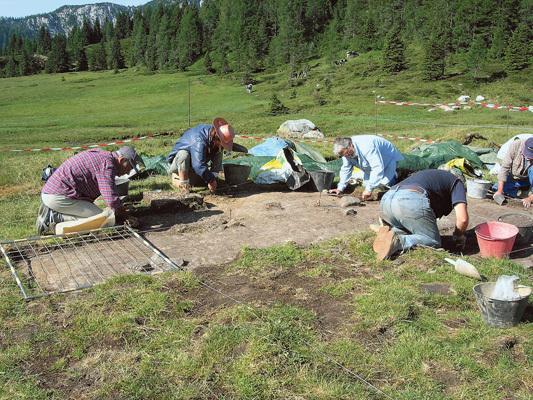 Scavi nel sito mesolitico di Pramollo, databile a circa 8 mila anni a.C.
