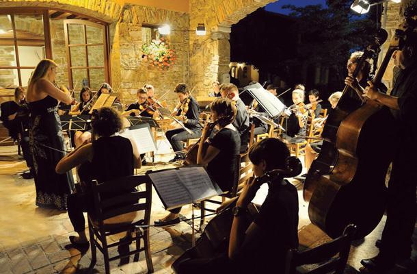 L'Orchestra d'Archi di Farra durante un concerto nella Tenuta Villanova (ph. Roberto Verardo)