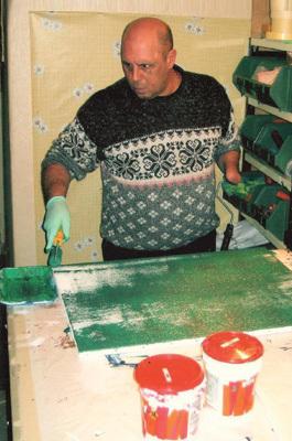 Cechet mentre realizza un'opera pittorica