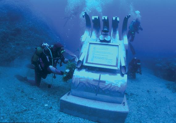 L'omaggio alla statua dedicata a Jacques Mayol sul fondo del mare
