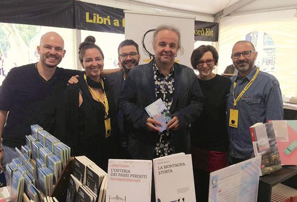 il team di Bottega Errante (Alessandro Venier, Federica Moro, Mauro Daltin, Elisa Copetti e Andrea Visentin) assieme allo scrittore Miljenko Jergović, con il suo libro in mano, a pordenonelegge.it