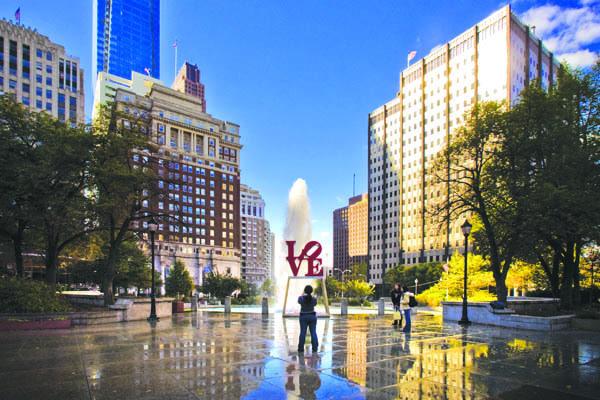 La scultura di Robert Indiana, Love, in JFK Plaza (ph. visitphilly.com)