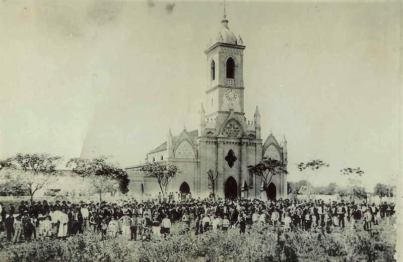 """Processione religiosa durante la Festa della Madonna """"Nuestra Señora de las Mercedes"""" di fronte al Duomo di Avellaneda (ph. Leonardo Benitez)"""