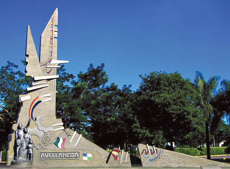 il Monumento della Città di Avellaneda. Rappresenta una famiglia di immigrati che saluta le persone che transitano sulla Strada Nazionale n.11 (ph. Leonardo Benitez)