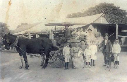 """Famiglia di contadini nella campagna di Avellaneda (anni '30); si nota il tipico mezzo di trasporto con i cavalli chiamato """"volanta"""", in uso fino agli anni '60 (ph. Leonardo Benitez)"""