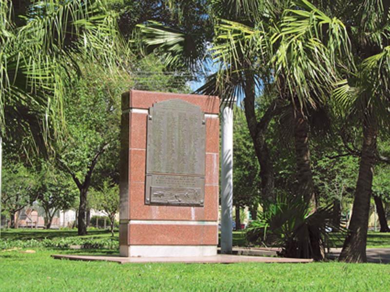 Il monumento su cui sono scritti tutti i nomi dei primi friulani giunti ad Avellaneda (ph. Leonardo Benitez)