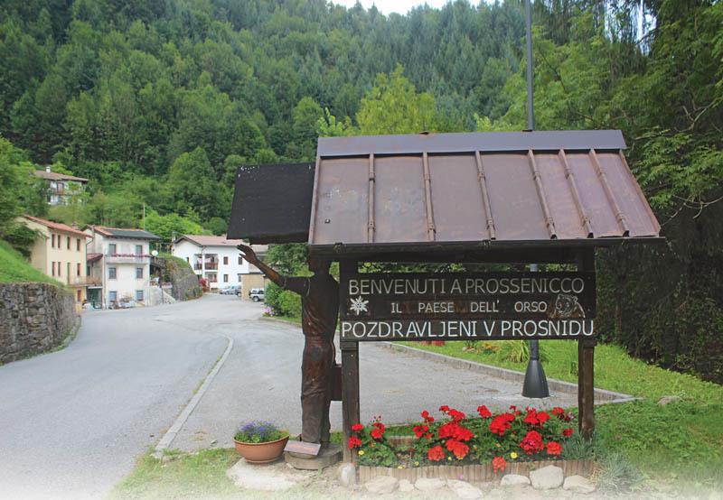 L'ingresso a Prossenicco con l'inconfondibile e particolare cartello di benvenuto