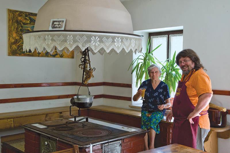 Osteria Al Centro, con il titolare Giovanni Visintini mentre intrattiene un ospite