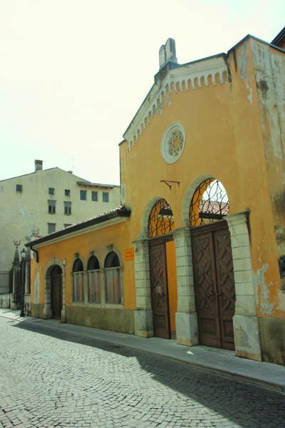 Via Ascoli: la facciata della Sinagoga di Gorizia