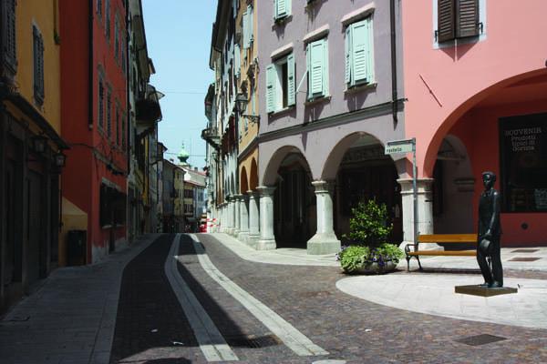 Via Rastello; a destra, la statua di Carlo Michelstaedter