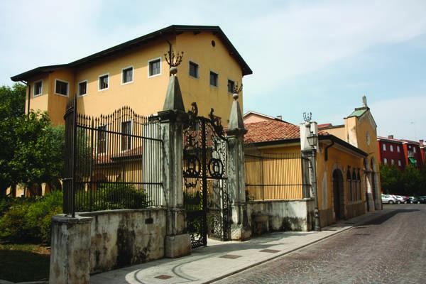 Via Ascoli: il vecchio cancello del ghetto all'ingresso del giardino Bruno farber