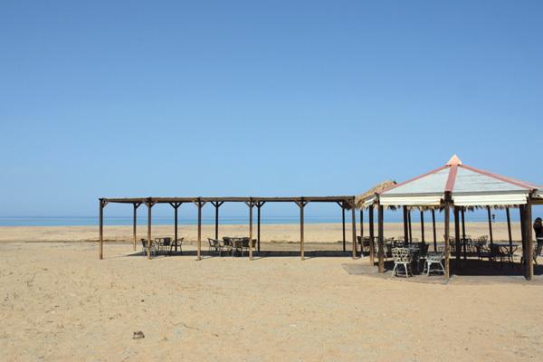 Piscinas, uno dei bar realizzati sulla spiaggia (ph. Michele Tomaselli)