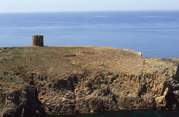 Spiaggetta di Cala Domestica; sullo sfondo la torre di avvistamento (ph. Michele Tomaselli)