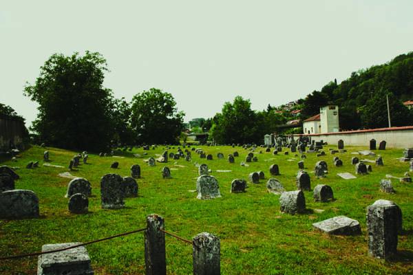 L'antico cimitero ebraico di Valdirose, in Slovenia, pochi minuti oltre il confine di casa Rossa