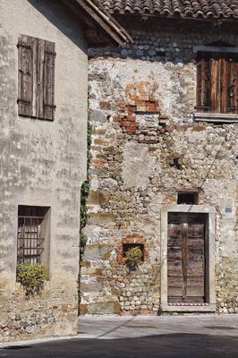 Una delle tipiche case di pieris e claps (pietre e sassi) presenti nel borgo di Clauiano (ph. Vanessa Colosetti)