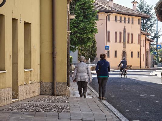 Via della Filanda percorsa in direzione della chiesa di San Giorgio Martire (ph. Vanessa Colosetti)