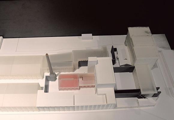Plastico della Risiera che riproduce (in rosso) l'edificio destinato all'eliminazione dei prigionieri e il forno crematorio che si trovava sotto la ciminiera, entrambi distrutti dai nazisti prima di abbandonare la struttura (ph. Claudio Pizzin)