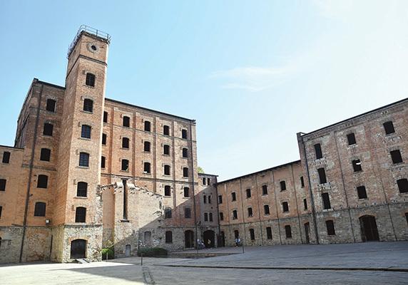 Il cortile interno della Risiera con in terra la piastra metallica che contrassegna l'area su cui sorgeva l'edificio destinato alle eliminazioni (ph. Claudio Pizzin)