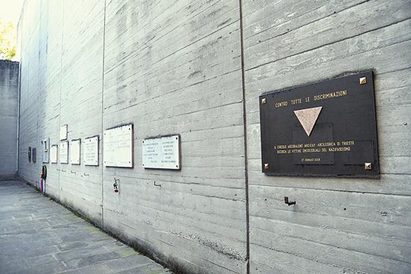 Alcune delle lapidi commemorative affisse sulle mura della Risiera (ph. Claudio Pizzin)