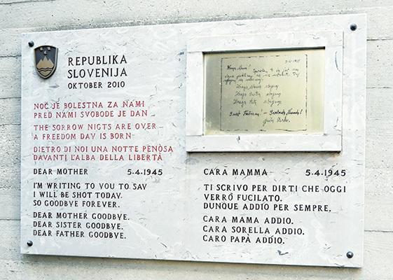 Lapide commemorativa con il testo di una lettera scritta da un condannato (ph. Claudio Pizzin)