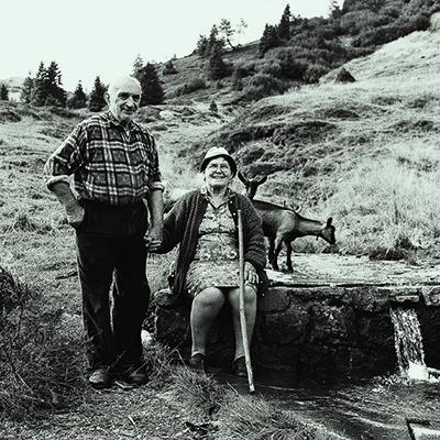 Salvatore Sandri con la moglie nella malga Odin Grande di Paularo nel 2003 (foto tratta dal libro Malghe e Malgari, Forum Editrice 2005)