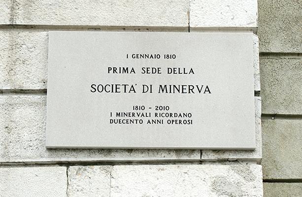 Trieste, lapide commemorativa sulla facciata di Palazzo Pitteri