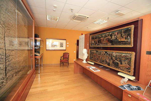 Trieste, Museo Civico: il maestoso albero genealogico della famiglia Piccolomini; di fronte si notano i due cassoni lignei petrarcheschi