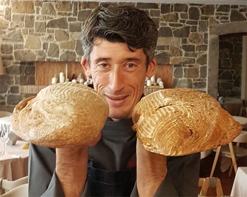 Lo chef Basello con il pane del bosco