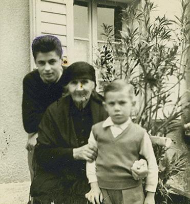"""Caterina Spanghero, """"la Catina de la Posta"""", nel 1953 con i nipoti Vittorio e Gianni"""