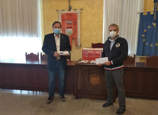 Valter Tomaduz consegna le mascherine dello CSEN al sindaco Vecchiet