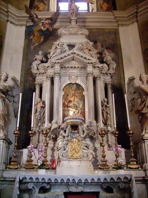"""Udine, duomo, Cappella del SS. Sacramento: pala della """"Resurrezione"""" di Tiepolo incastonata nelle strutture dell'altare"""