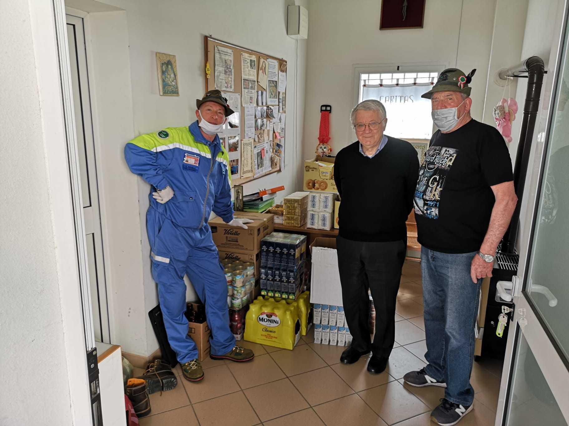 Consegna di generi alimentari al parroco di Ronchi