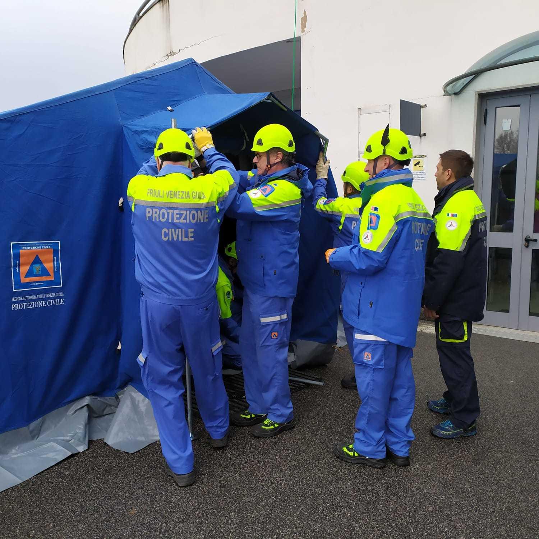 Montaggio tende all'ospedale di Gorizia