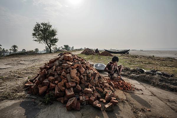 Bambino sulla costa inondata del Bangladesh (ph. Andrea Franzetta per New York Times)