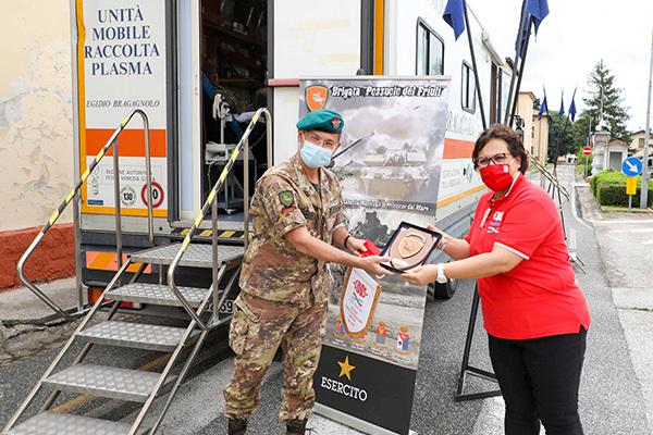 Simbolico scambio di doni tra la Brigata Pozzuolo e la Fidas Isontina