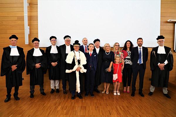 La commissione di laurea con Colussi e i suoi familiari