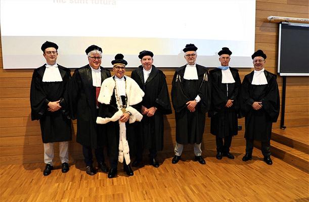 La commissione di laurea con il laureato; da sinistra Sortino, De Toni, Pinton, Colussi, Petti, Pinamonti, Giannattasio